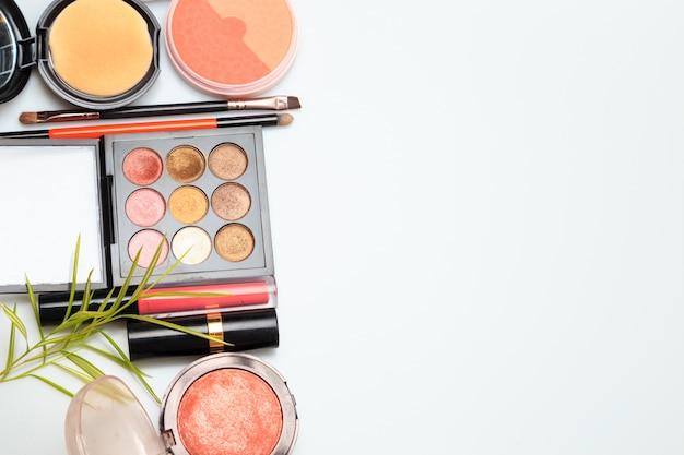 Produtos de maquiagem em branco Foto Premium