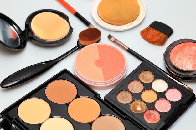 Produtos de maquiagem no fundo branco Foto Premium