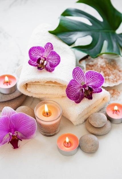Produtos de spa com orquídeas Foto Premium