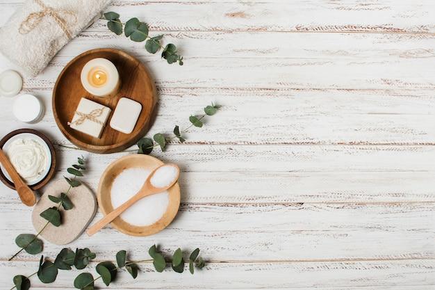 Produtos de spa de vista superior em fundo de madeira Foto gratuita