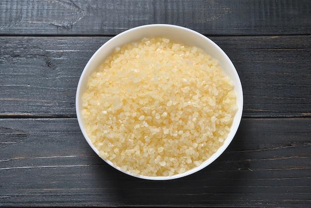 Produtos de tratamento de spa e corpo. banho aromático colorido sal do mar morto Foto Premium