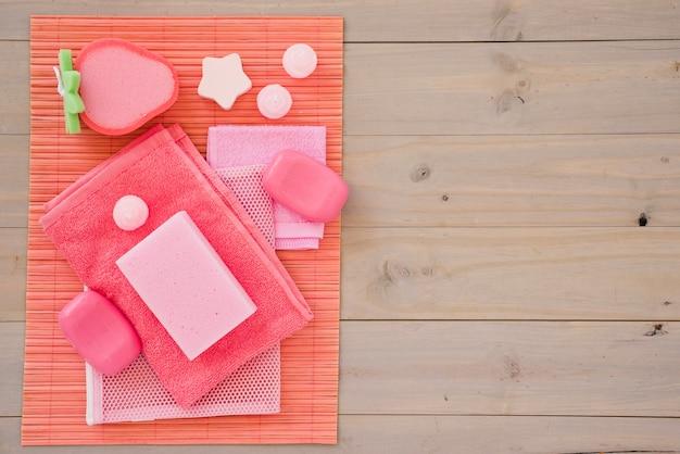Produtos femininos rosa para cuidados pessoais Foto gratuita