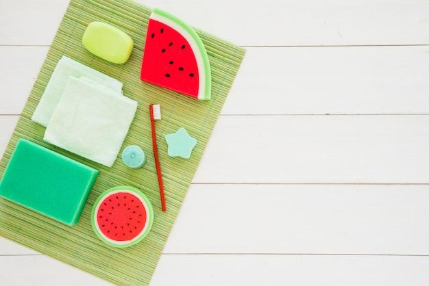 Produtos infantis coloridos para cuidados pessoais Foto gratuita