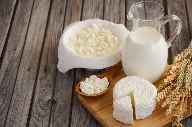 Produtos lácteos frescos e trigo Foto Premium