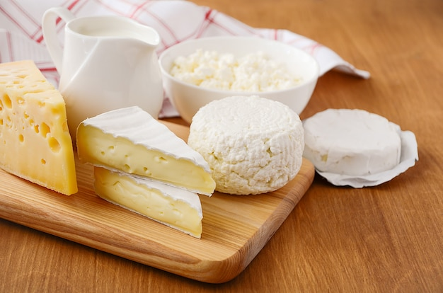 Produtos lácteos frescos. leite, queijo, queijo brie, camembert e queijo cottage Foto Premium