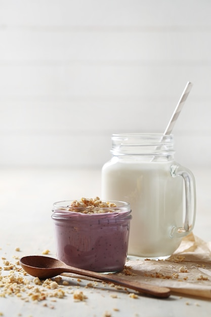 Produtos lácteos na mesa de madeira Foto gratuita