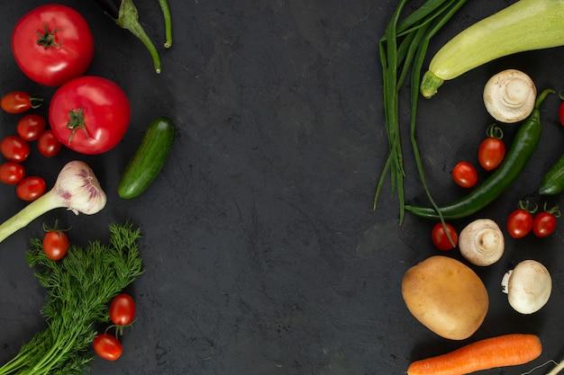 Produtos maduros coloridos salada de legumes ricos em vitaminas no chão escuro Foto gratuita