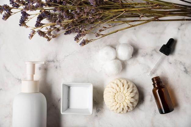 Produtos orgânicos para cuidados com a pele na mesa Foto gratuita