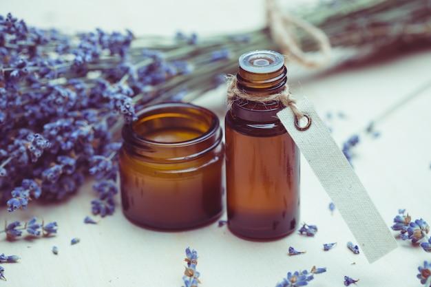 Produtos para cuidados com o corpo de lavanda. aromaterapia, spa e conceito de saúde natural Foto Premium
