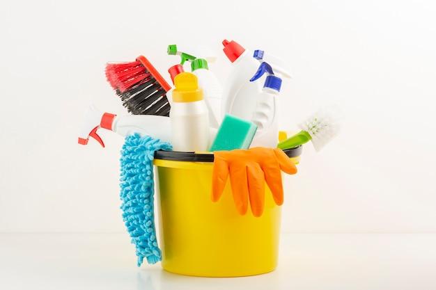 Produtos sanitários definidos no balde Foto gratuita