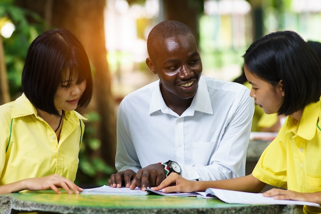Professor africano que ensina o estudante asiático sobre línguas estrangeiras. Foto Premium