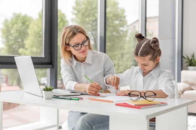 Professor, ajudando a filha a estudar Foto Premium