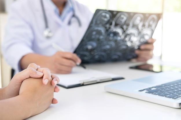 Professor doutor relata e recomenda um método com tratamento do paciente Foto Premium