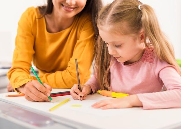Professor e aluno em sala de aula Foto gratuita