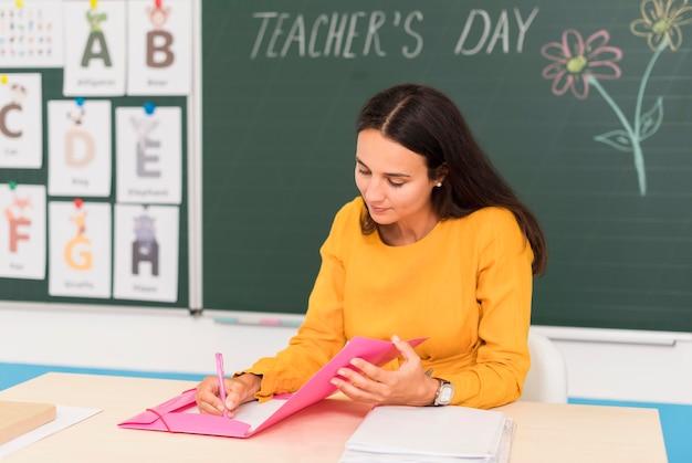 Professor fazendo anotações na aula Foto gratuita
