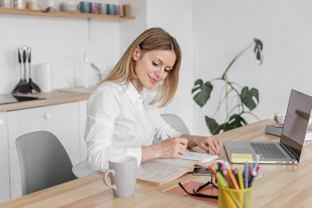 Professor fazendo suas aulas on-line em seu laptop Foto gratuita