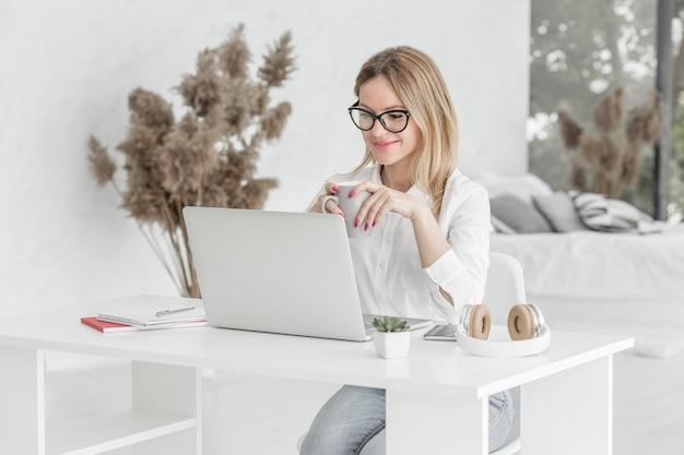 Professor fazendo suas aulas on-line em um laptop Foto gratuita