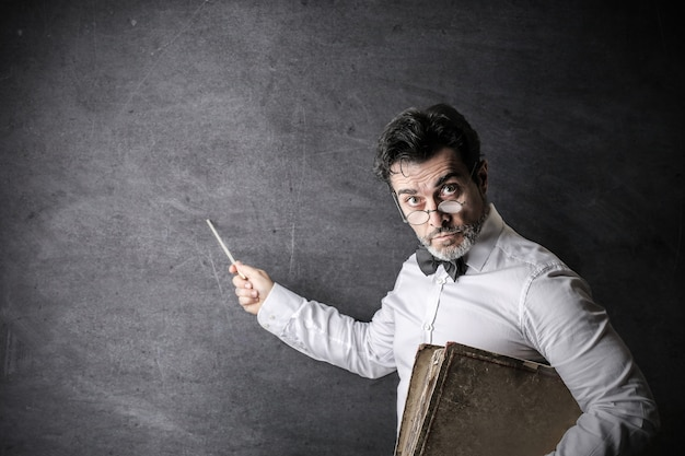 Professor sério no quadro-negro Foto Premium