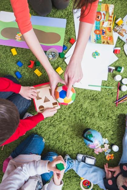 Professor, tocando, com, crianças Foto gratuita