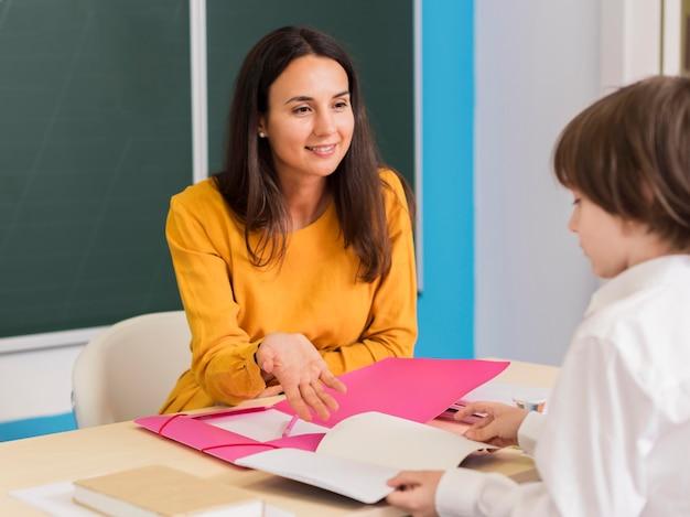Professora conversando com sua aluna na aula Foto gratuita