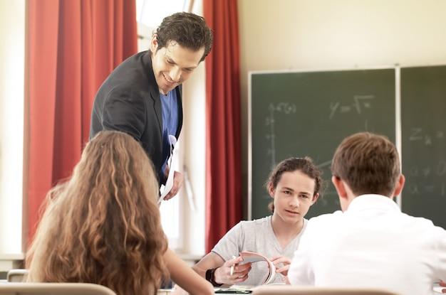 Professora ensinando ou educando no quadro uma aula na escola Foto Premium