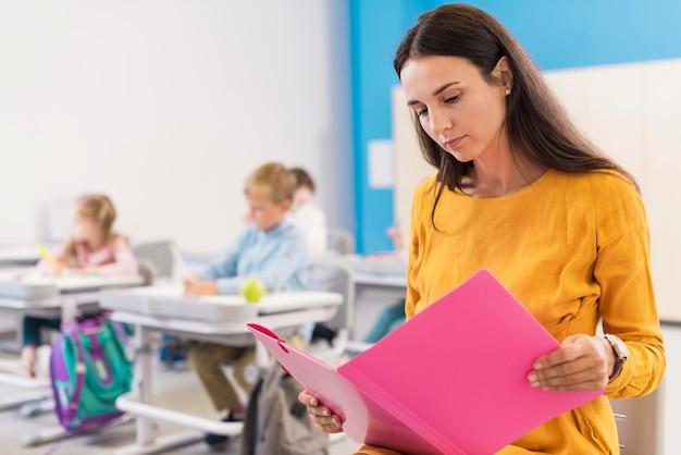 Professora olhando suas anotações Foto gratuita