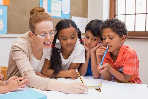 Professores e alunos trabalhando na mesa juntos Foto Premium