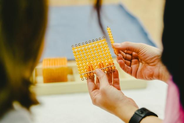 Professores que mostram alunos de matemática usando materiais montessorianos. Foto Premium