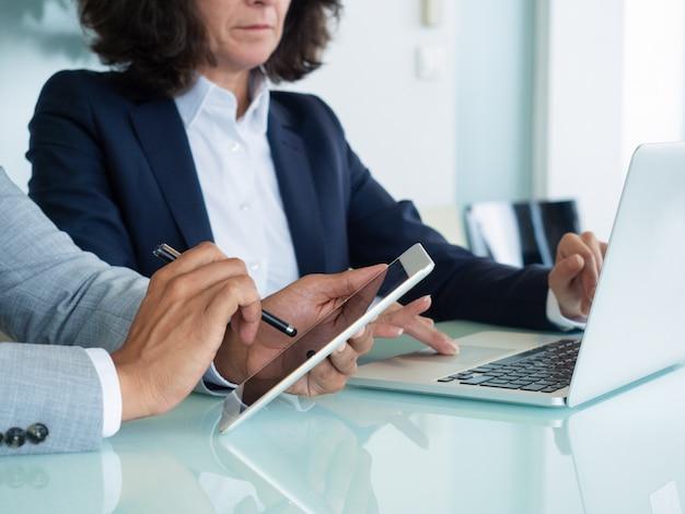 Profissionais de negócios, verificação de relatórios Foto gratuita