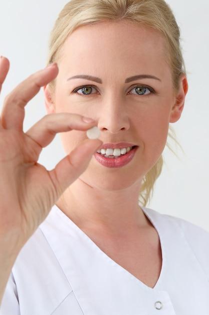 Profissional. cosmetologista bonito com comprimidos Foto gratuita