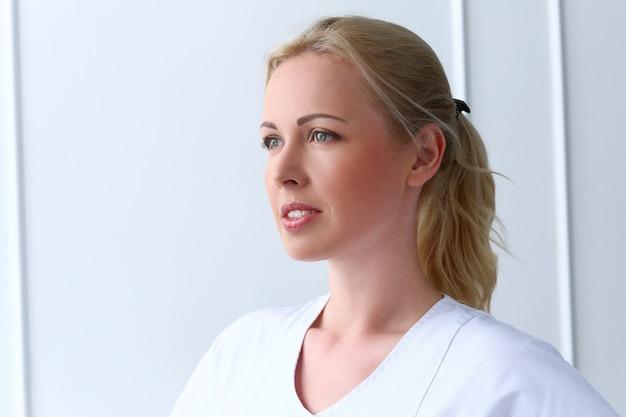 Profissional. cosmetologista bonito com sorriso bonito Foto gratuita