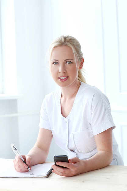 Profissional. cosmetologista linda com rosto lindo Foto gratuita