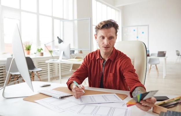 Profissional de design criativo no local de trabalho Foto Premium