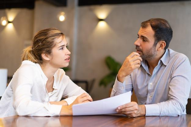 Profissional de negócios sério, discutindo o relatório Foto gratuita