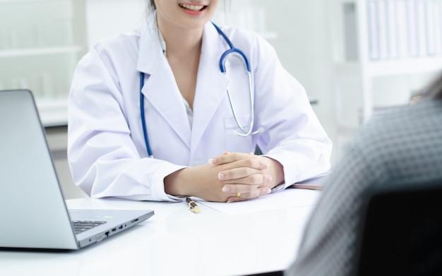 Profissional, doutor, recebendo, paciente, em, hospitalar Foto Premium