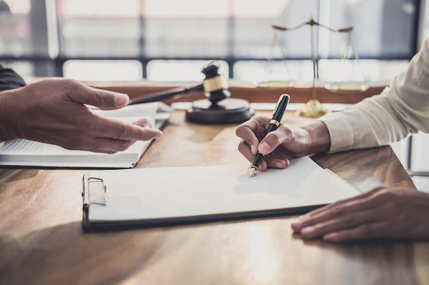 Profissional, executiva, e, advogados masculinos, trabalhando, e, discussão, tendo, em, escritório lei Foto Premium
