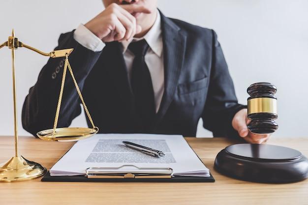 Profissional, macho, advogados, ou, conselheiro, trabalhando, tendo, em,  escritório advocacia, em, escritório   Foto Premium