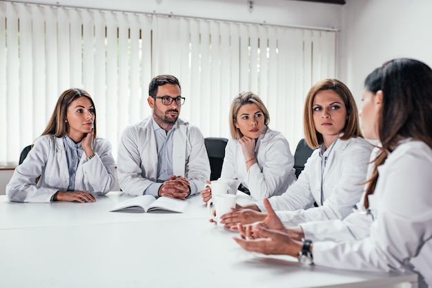 Profissional médico durante a reunião na sala de conferências. Foto Premium