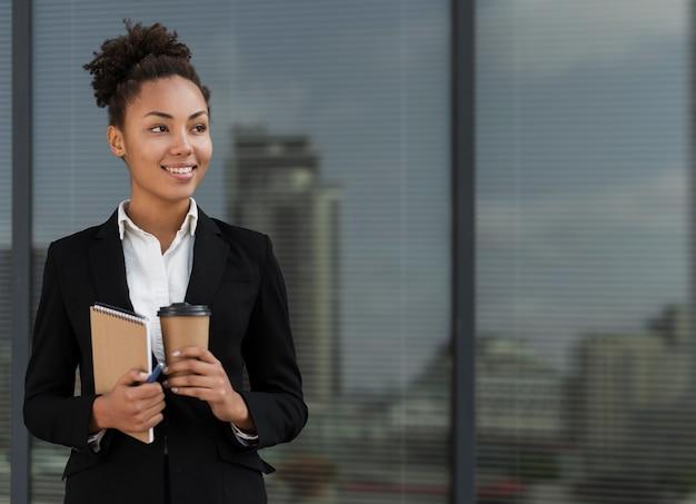 Profissional, mulher trabalhadora, sorrindo Foto gratuita