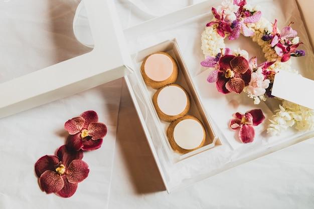 Profiteroles franceses na caixa de presente com a flor para ocation. Foto Premium