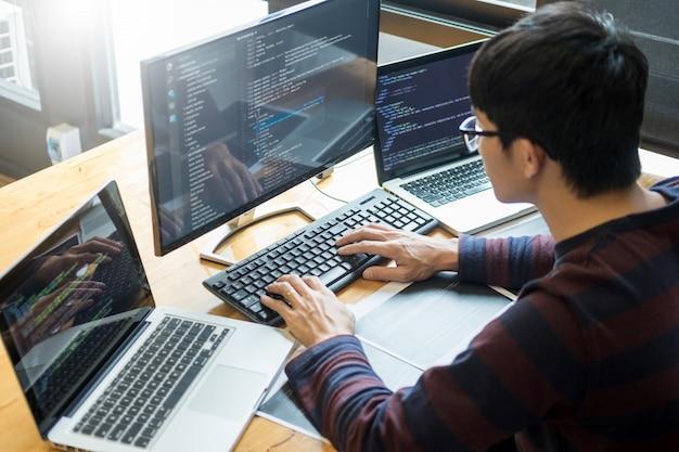 Programador de desenvolvimento de software de codificação de trabalho projeto de ti Foto Premium