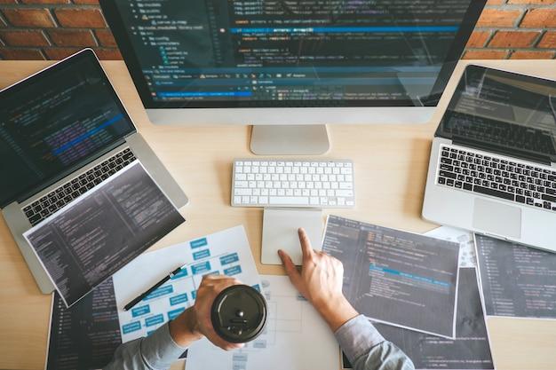 Programador desenvolvedor profissional que trabalha com design de sites de software e tecnologia de codificação, escrevendo códigos e banco de dados no escritório da empresa, tecnologia global de conexão cibernética Foto Premium