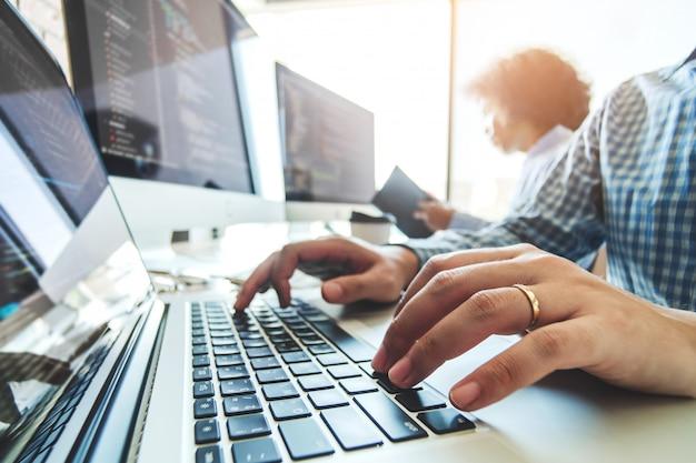 Programador em desenvolvimento team development website design e codificação de tecnologias trabalhando no escritório da empresa de software Foto Premium