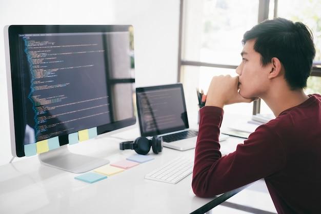 Programadores e equipes de desenvolvedores estão codificando e desenvolvendo software Foto Premium