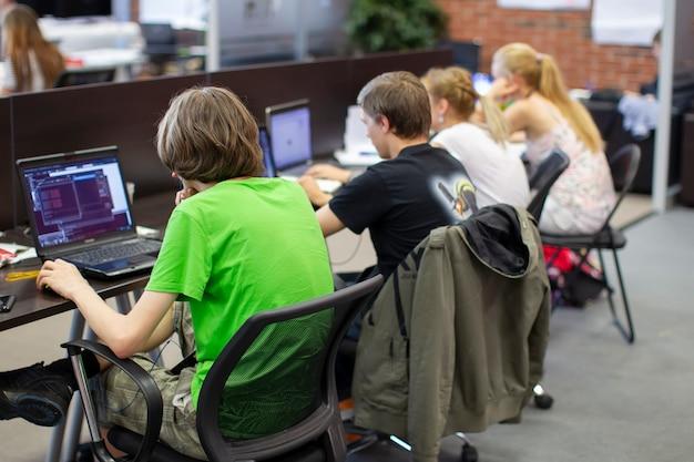 Programadores no trabalho. jovens trabalham em computadores Foto Premium