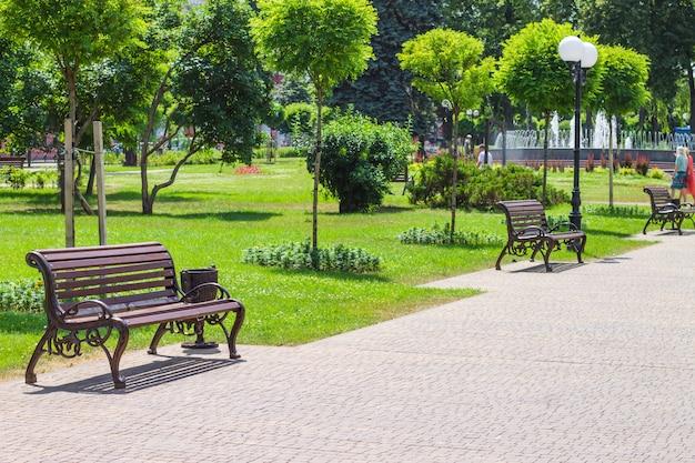 Projeto da paisagem do parque da cidade com bancos e uma fonte. Foto Premium