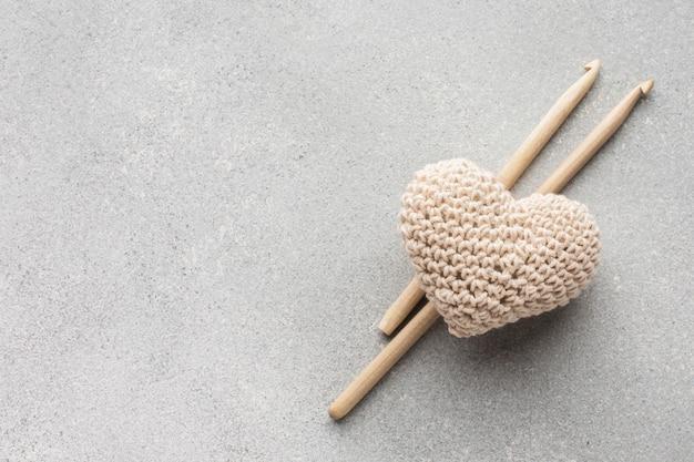 Projeto de forma de coração e varas de crochê Foto gratuita