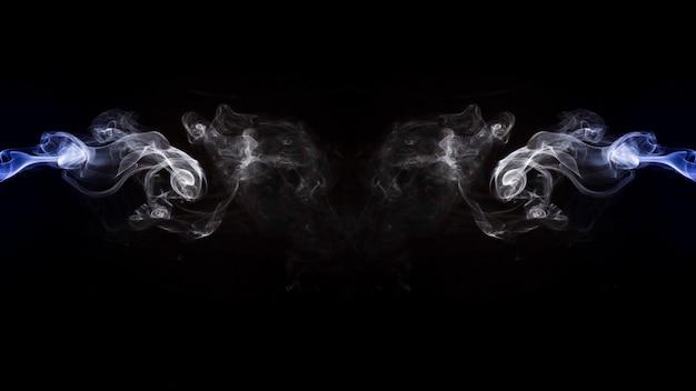 Projeto de fumaça roxo e branco simétrico sobre fundo preto Foto gratuita