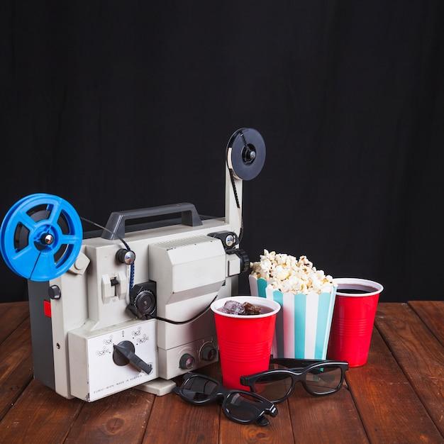 Projetor de filme, óculos 3d e comida para cinema Foto gratuita