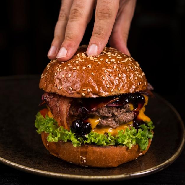 Pronto para ser servido saboroso hambúrguer de carne com queijo Foto gratuita